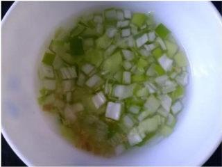 京酱肉丝,取一下节葱绿切小粒,生姜也切小粒,用清水浸泡半小时以上,用手捞出葱姜粒,并用力将汁挤出,得到葱姜水;