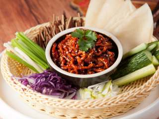 京酱肉丝,摆盘。(可以提前准备好黄瓜、小葱等如果不喜欢吃豆皮的话也可以用小薄饼)。