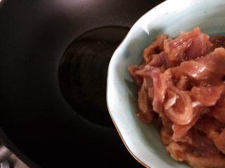 小米椒菜头炒肉片,待锅内油七分热时下猪肉