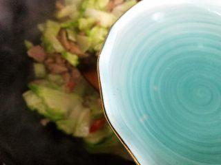 小米椒菜头炒肉片,加少许热开水