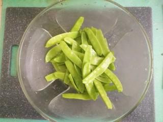 豌豆炒腊肠,然后清洗干净