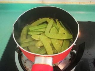 豌豆炒腊肠,水开后放入豌豆