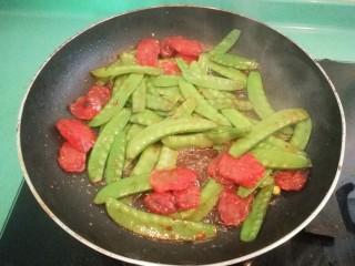 豌豆炒腊肠,接着放入适量的酱油(无需再加盐了),不用炒太久,一两分钟即可出锅装盘