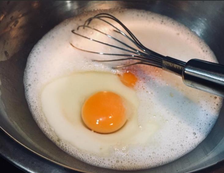 葡式蛋塔(酥皮版),鲜奶跟砂糖混在一起,稍微加热,让砂糖溶化即可,打入<a style='color:red;display:inline-block;' href='/shicai/ 9'>鸡蛋</a>拌匀,过筛两次。