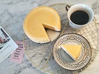 纽约芝士蛋糕,切一片,慢慢享用,推荐配上咖啡或者红茶。
