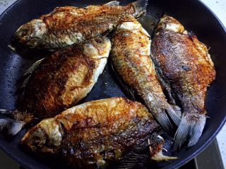 鱼罐头,两面煎至金黄熄火备用,在不煎糊的前提下,煎的火大一点会更好