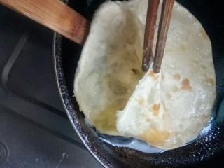 #千花万蕊待食来#    香菜鸡蛋灌饼,从起泡处切开,放鸡蛋。