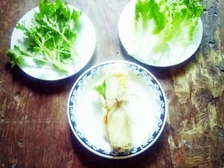 #千花万蕊待食来#    香菜鸡蛋灌饼,端上餐桌品尝。
