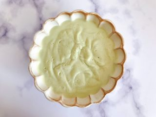 卡乐比牛油果香蕉慕斯雪,将酸奶昔倒入你所喜欢的器皿内