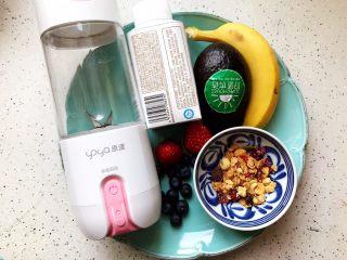 卡乐比牛油果香蕉慕斯雪,首先我们准备好所有食材:牛油果一个(150g左右,去皮去核之后实际用量约为100g左右)香蕉一只(100g左右,去皮之后实际用量约为70g左右)卡乐比即食麦片(15g)酸奶(250g)草莓(2粒)蓝莓(数粒)