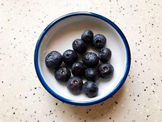 卡乐比牛油果香蕉慕斯雪,蓝莓洗净