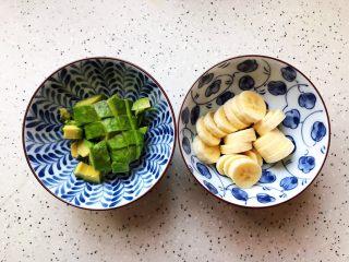 卡乐比牛油果香蕉慕斯雪,牛油果去皮去核之后切成小块,香蕉去皮之后切成小块