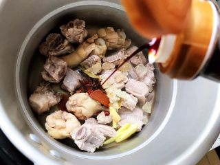 红烧排骨鸡翅根(高压锅懒人版),加适量生抽