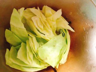 红薯蔬菜面,将包菜,鸡胸肉,菠萝一起放入辅食机搅拌均匀!