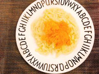 红薯蔬菜面,最后将红薯泥撒在面上!给宝宝吃就搅拌均匀即可!
