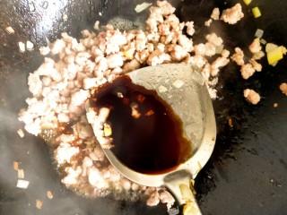 春天新吃法,不一样的味道-肉末菠菜的,放入肉香翻炒变色,倒入适量酱油翻炒均匀。