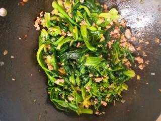 春天新吃法,不一样的味道-肉末菠菜的,放入焯好的菠菜,盐和味精翻炒2-3分钟关火即可。