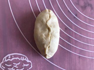 草莓奶油面包,醒好面后按压 两边往中间对折捏紧