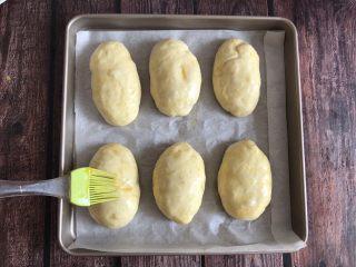 草莓奶油面包,醒发好后刷上一层鸡蛋液,烤箱提前预热上下火180度烤15分钟