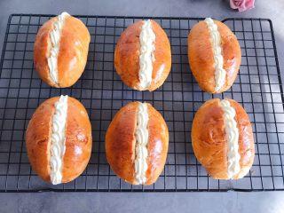 草莓奶油面包,挤上淡奶油