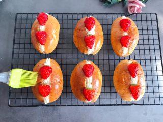 草莓奶油面包,装饰上草莓,表面刷一层黄油或者白糖水
