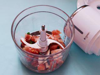灯笼茄子,把切好的猪肉块放入东菱无线绞肉机里。
