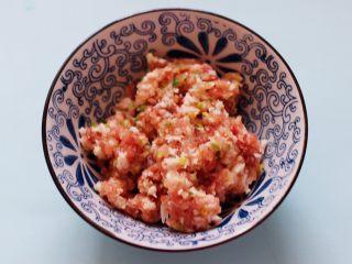 灯笼茄子,把搅拌好的肉馅放入一个大一点的容器里。