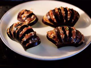 灯笼茄子,把做好的灯笼茄子放入蒸箱里蒸15分钟即可。