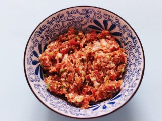 灯笼茄子,把所有的调料顺时针方向搅拌上劲后备用。