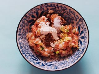 灯笼茄子,猪肉馅里加入葱末和姜末,适量盐和鸡精,再加入料酒和花椒粉,最后加入生抽。