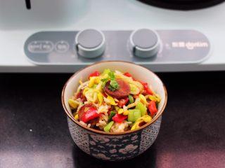 香肠豆芽炒饭,啦啦啦,美味可口的香菜豆芽炒饭出锅咯。