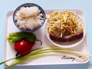 香肠豆芽炒饭,备齐所有的食材,黄豆芽提前摘洗干净备用。