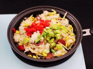香肠豆芽炒饭,加入青红椒丁和剩下的蒜苗碎。