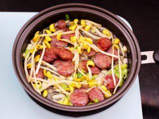 香肠豆芽炒饭,大火继续翻炒至黄豆芽断生变软。