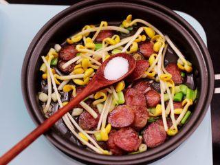 香肠豆芽炒饭,这个时候加入适量的盐调味。