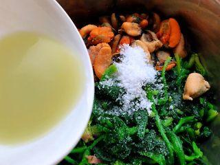 菠菜拌海虹,放入调味料糖、盐、味精、辣根用醋调开倒入菜中拌匀入味即可