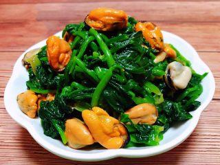 菠菜拌海虹,爽口开胃的凉拌菜装入盘中