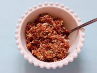 肉末海带炒粉条,把所有的调料顺时针方向搅拌上劲后备用。