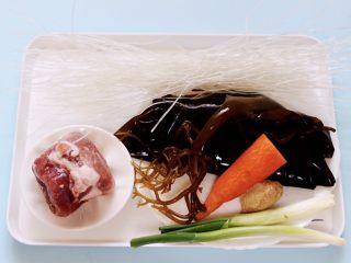 肉末海带炒粉条,首先备齐所有的食材。