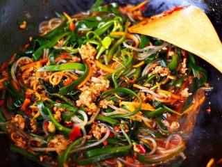 肉末海带炒粉条,大火继续翻炒至所有的食材混合均匀即可关火。