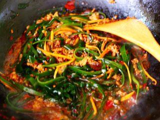 肉末海带炒粉条,大火继续翻炒1分钟左右。