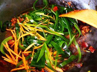 肉末海带炒粉条,这个时候加入海带丝和胡萝卜丝。