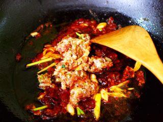 肉末海带炒粉条,加入搅拌好的肉馅。