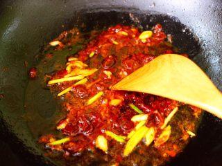 肉末海带炒粉条,大火翻炒郫县豆瓣酱至变色出红油的时候。