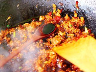 肉末海带炒粉条,继续大火翻炒至肉馅断生变色后,加入生抽。