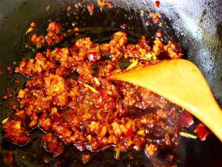 肉末海带炒粉条,大火继续翻炒均匀。
