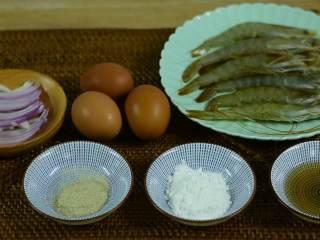 颜色漂亮、造型喜庆,制作又简单的一道家常菜,『食材』  鸡蛋/大虾/洋葱丝/葱 胡椒粉/淀粉/料酒