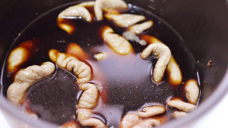 爆炒肥肠,取出肥肠冲洗干净,放入卤水中。(卤水可以参照我之前卤牛肉的菜谱,也可以在超市购买现成的卤水调料。)
