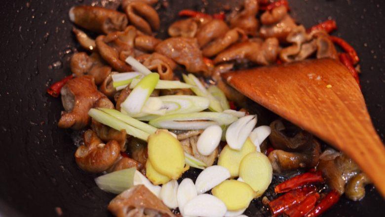 爆炒肥肠,放入葱姜蒜爆香。