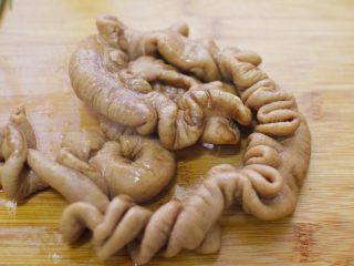 爆炒肥肠,待高压锅自然散气后,取出肥肠。